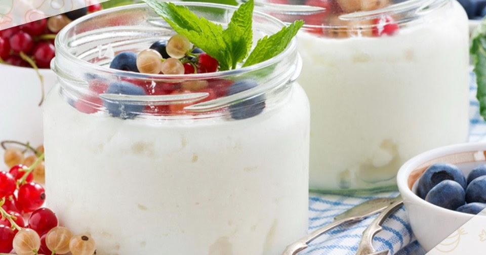 Йогурт в банке с ягодами