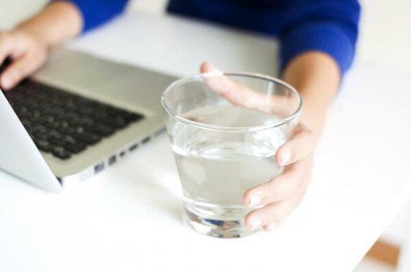 Вода в стакане на рабочем столе