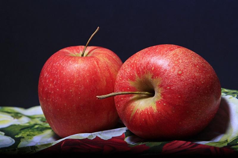 Красные яблоки на салфетке