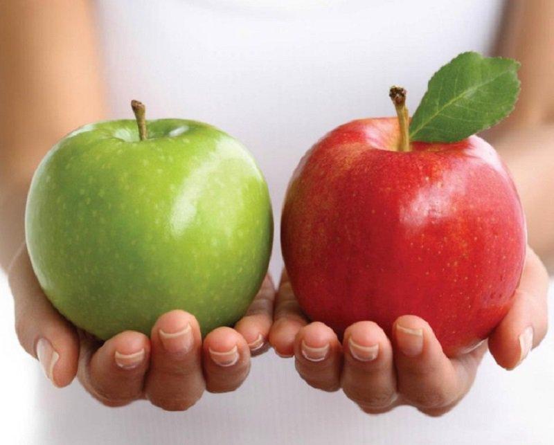 Зеленое и красное яблоко