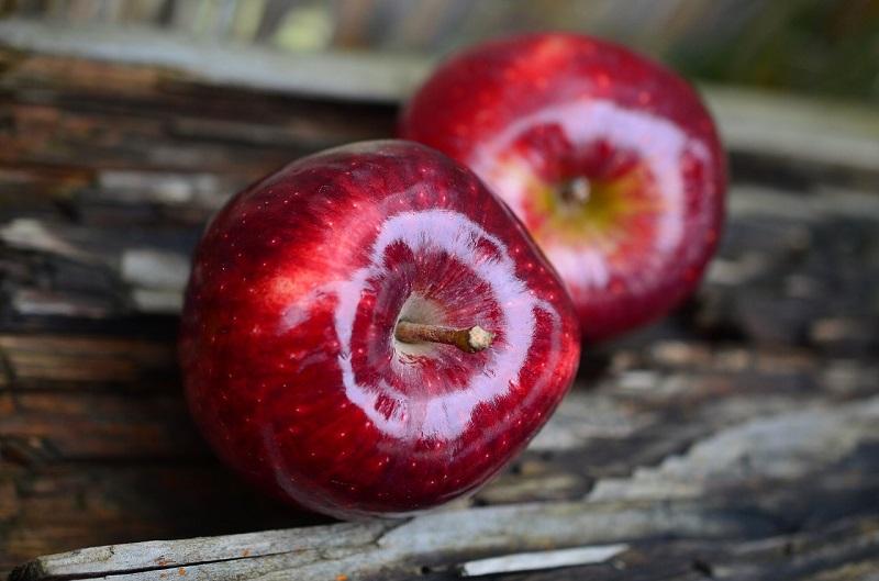 Красные блестящие яблоки