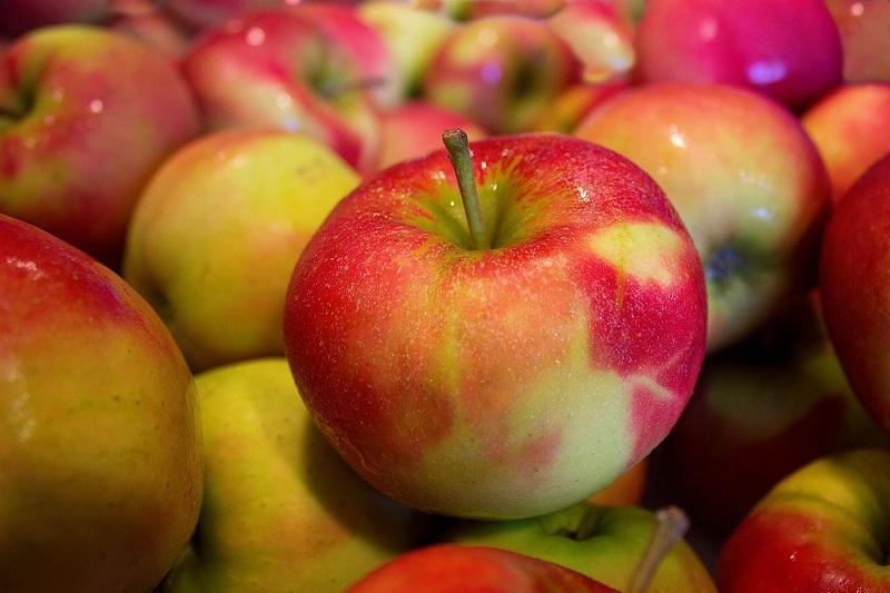 Яблоки с красными боками