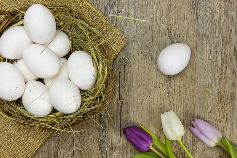 Белые яйца в коржине