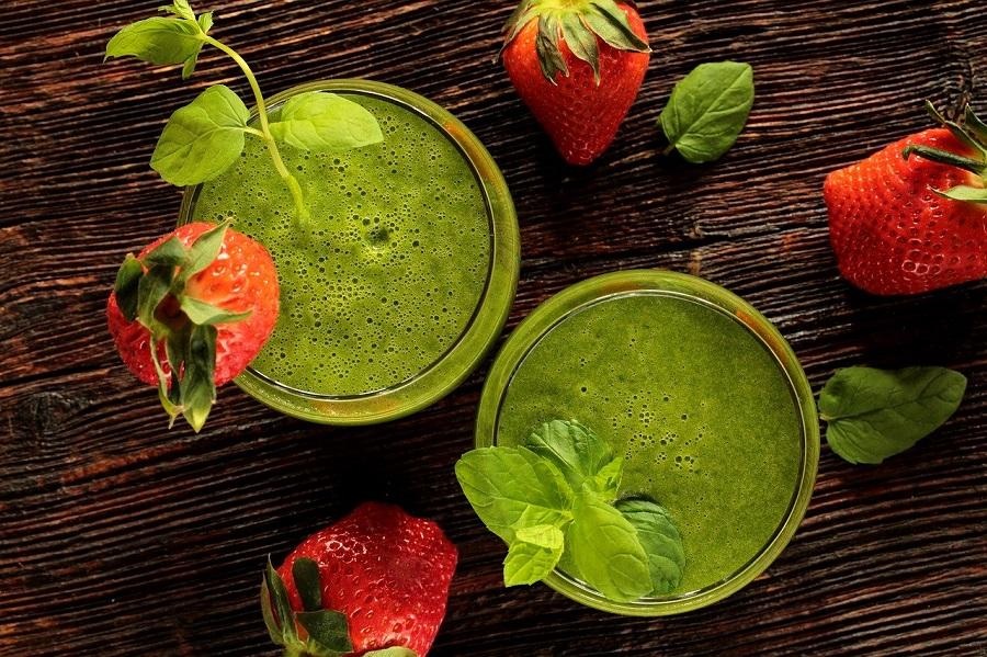 Зеленые смузи с клубникой