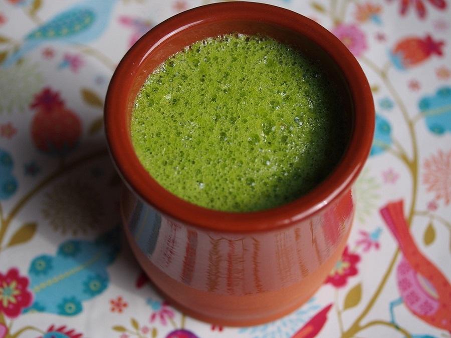 зеленый смузи в глиняной посуде