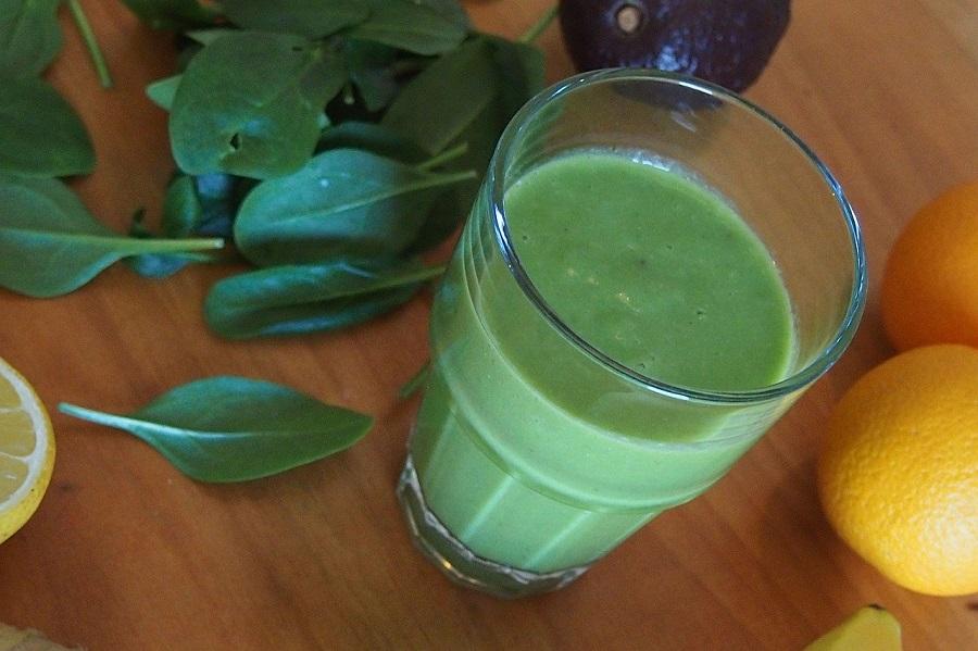 зеленый коктейль из шпината и апельсина