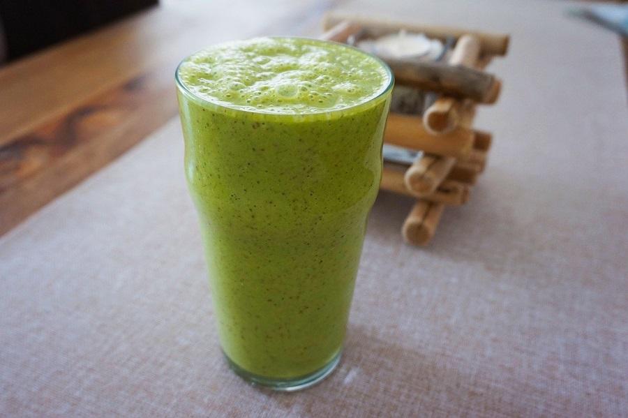 зеленые смузи в стакане